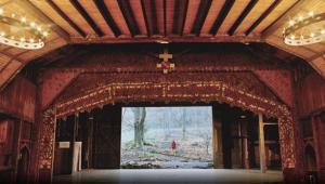 La scène du Théâtre du Peuple, avec le mur du fond s'ouvrant sur la forêt.